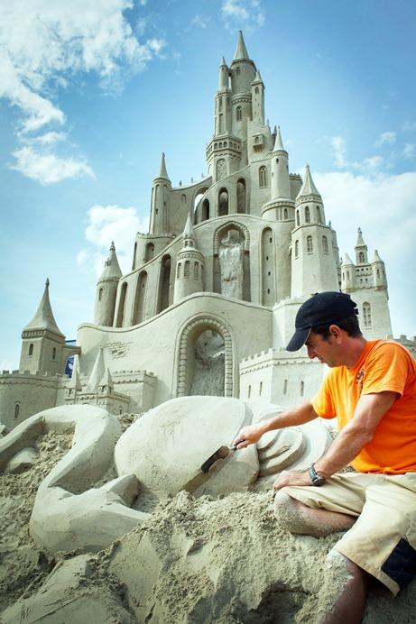 Laatste hand wordt gelegd aan de zandsculpturen in Blauwestad