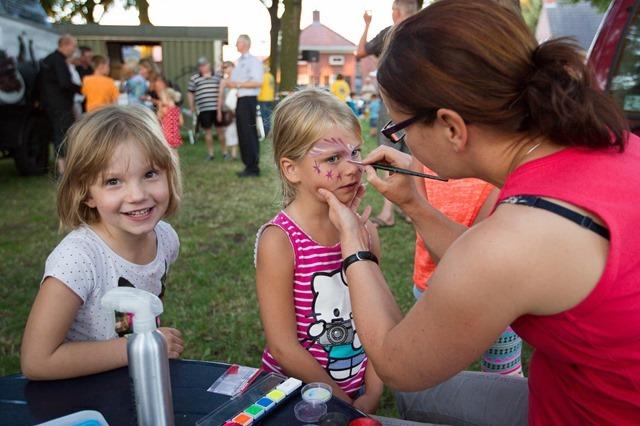 Kinderactiviteiten bij zomeravondmarkt op de brink in Sellingen