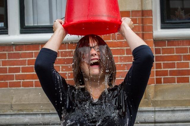 Wethouder Laura Broekhuizen doet Ice Bucket Challenge voor gemeentehuis in Winschoten