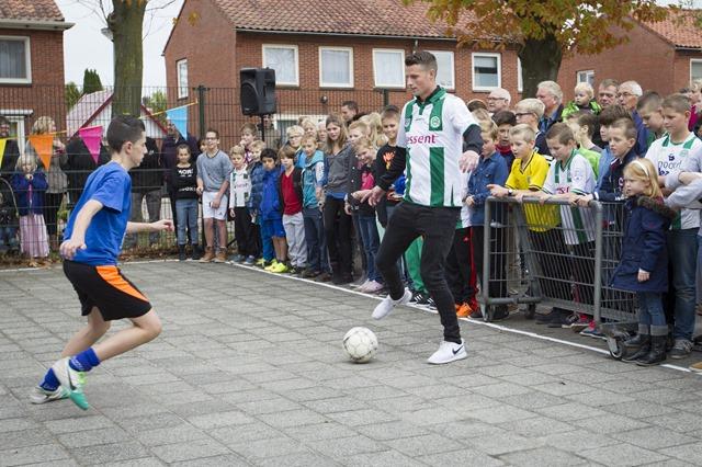 Hans Hateboer, basisspeler bij FC Groningen, opende vrijdagmiddag het schoolvoetbalveldje bij OBS de Uilenburcht in Beerta. Na afloop deelde hij handtekeningen en kaartjes uit aan de fans
