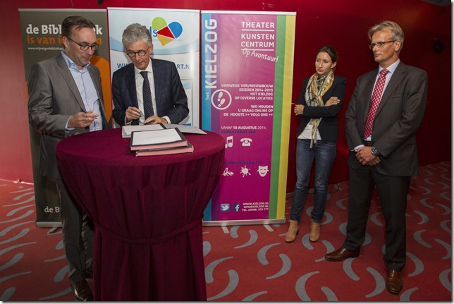 Ondertekening contracten Cultuurdeel van Huis voor Cultuur en Bestuur in de foyer van het Kielzog in Hoogezand