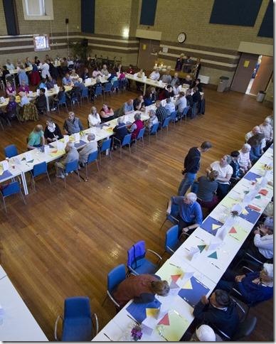 Langste eettafel in de Vredekerk in Hoogezand