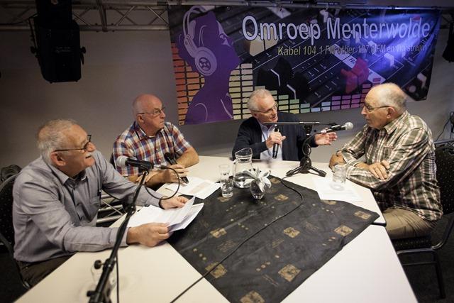 """Omroep Menterwolde vierde zaterdag zijn 25-jarig bestaan. Vanaf 10 uur 's morgens werd live radio gemaakt vanuit """"dorpshuis de Menterne"""" met vele oude bekenden die nogmaals achter de microfoon plaatsnamen en geïnterviewd werden door de medewerkers van nu."""