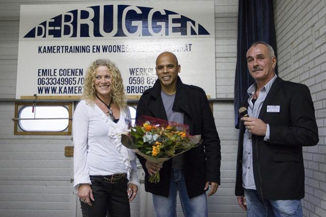 Oud-profvoetballer Glenn Helder opende vrijdagmiddag De Bruggen in Veendam. Dit is een nieuw centrum voor woonbegeleiding dat onder andere cliënten met een verslaving begeleidt. Glenn Helder heeft zelf een gokverslaving gehad.