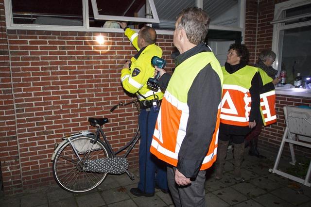 Witte voetjes actie in een aantal wijken in Ter Apel woensdagavond 19 november. Burgemeester Kompier liep ook mee
