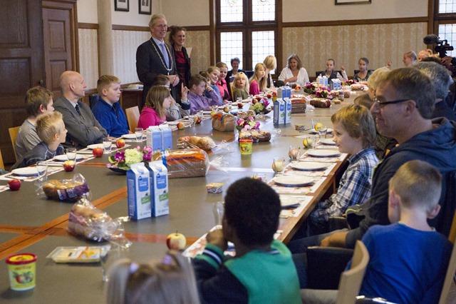 Kinderen ontbijten met burgemeester en wethouders in de raadzaal van het gemeentehuis in Veendam