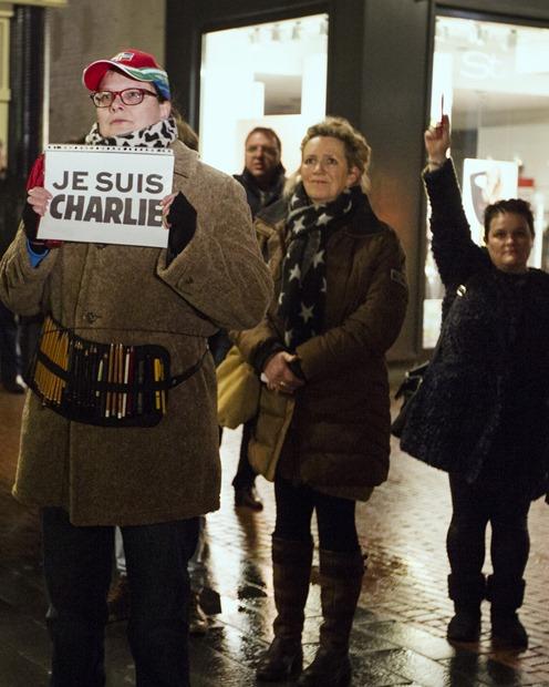Bijeenkomst voor gemeentehuis Winschoten naar aanleiding van aanslag in Parijs