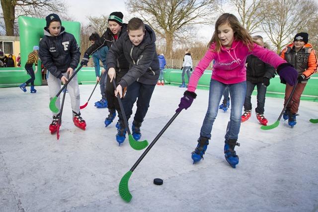 Kinderen tot 12 jaar kunnen gebruik maken van de kunstijsbaan op het sportveld van korfbalvereniging WSS naast de Feiko Clockschool in Oude Pekela. Dit kan op maandag 2 februari, dinsdag 3 februari en woensdag 4 februari 2015.
