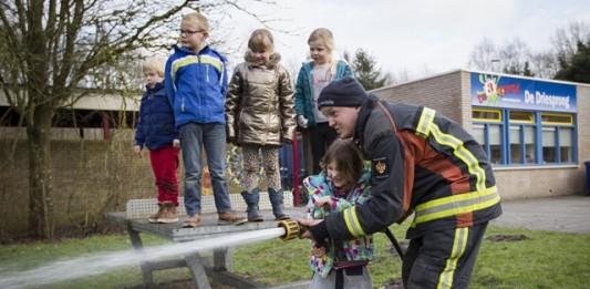 Elke zesweekse leerperiode sluit basisschool SWS De Driesprong in Vriescheloo af met workshops. Veel van deze workshops worden gegeven door de ouders, die hun talenten delen met de leerlingen. Deze week is het thema vuur. Dinsdagmiddag 27 januari kwam de brandweer van Bellingwedde. Eén van de vaders is bij de brandweer. De kinderen kregen uitleg en demonstraties. Ook mochten ze een brandje blussen en in de brandweerauto zitten.