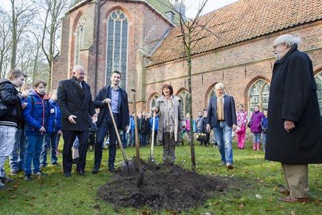 Op woensdag 18 maart 2015 werd de Nationale Boomfeestdag gevierd. Gedeputeerde Henk Staghouwer en wethouders Wietze Potze en Giny Luth gaven het officiële startschot door de eerst boom te planten bij de ingang van het klooster in Ter Apel.