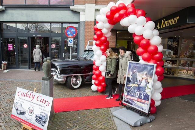 Tijdens de trouwringactie bij juwelier Kremer in Veendam stonden trouwauto's voor het pand opgesteld