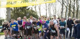 Wethouder Bart Huizing geeft startschot hardloopwedstrijd '10 van Bellingwolde'
