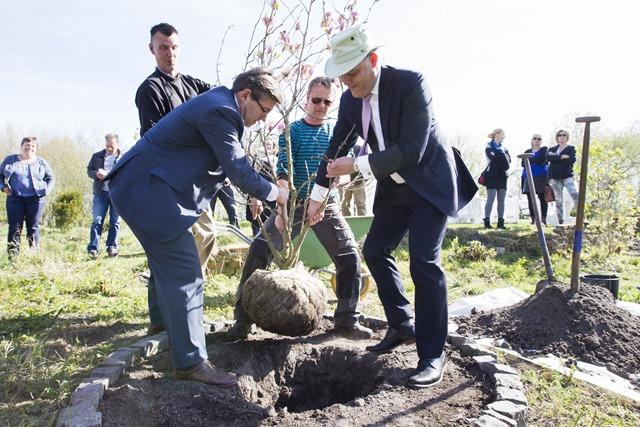 Viering overdracht Heemtuin Muntendam, wethouder Jan Batelaan en directeur van WerkPro Peter Rutgers deden de openingshandeling.