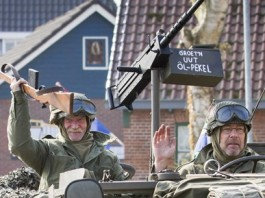 Optocht met oude legervoertuigen ihkv 70 bevrijding Blijham en omstreken