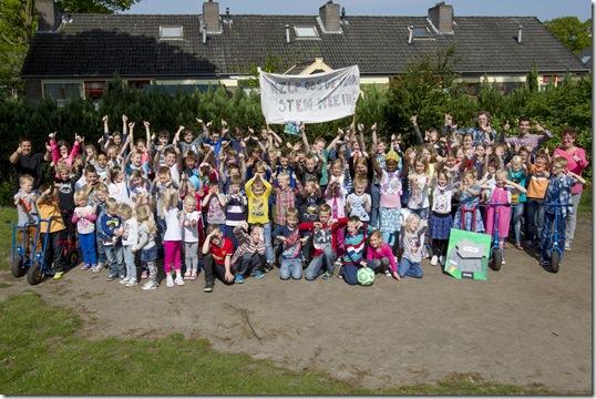 Team en leerlingen De Vlonder in Wedde voor artikel over Stichting Voor Elkaar