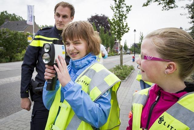 Kinderen, politie en Veilig Verkeer Nederland deden op vrijdag 29 mei 2015 een lasercontrole bij CBS De Höchte aan de Beumeesweg in Alteveer