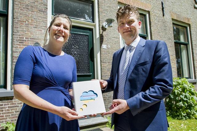 Gedeputeerde Fleur Gräper overhandigt inspiratieboek aan wethouder Schmaal in De Amshoff Kiel-Windeweer