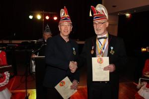 Nieuwbakken ridders Dick van der Sluis (links) en Jan van Klinken met hun oorkondes.