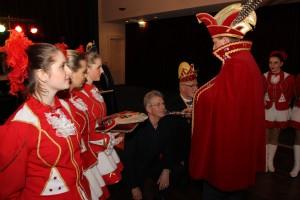 Prins Alko de 1e slaat Dick van der Sluis en Jan van Klinken tot ridder in de orde van de Kloosterkoe
