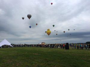 32 luchtballonnen stijgen op